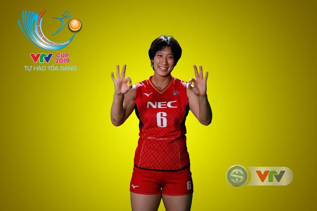 VTV Cup Tôn Hoa Sen 2019: Các cô gái ĐT Việt Nam và CLB NEC Nhật Bản ngộ nghĩnh trong buổi chụp hình - Ảnh 8.