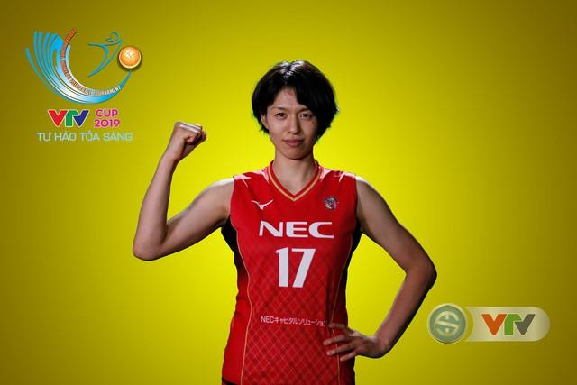VTV Cup Tôn Hoa Sen 2019: Các cô gái ĐT Việt Nam và CLB NEC Nhật Bản ngộ nghĩnh trong buổi chụp hình - Ảnh 7.