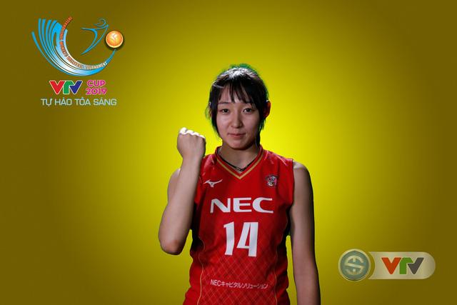 VTV Cup Tôn Hoa Sen 2019: Các cô gái ĐT Việt Nam và CLB NEC Nhật Bản ngộ nghĩnh trong buổi chụp hình - Ảnh 5.