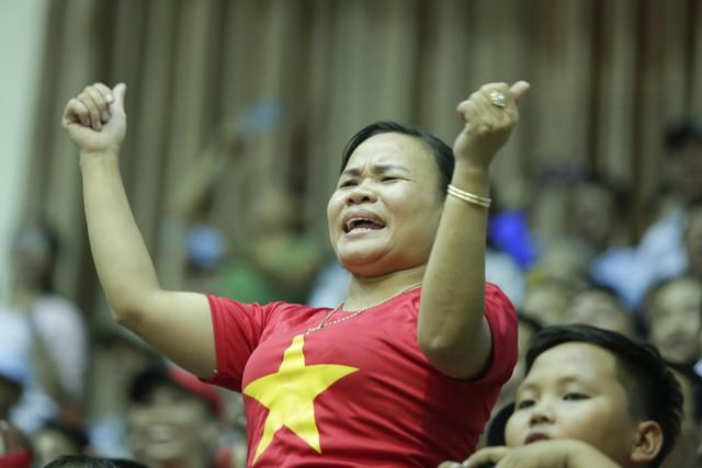 VTV Cup 2019: Khán giả cháy hết mình cùng ĐT Việt Nam trong trận chung kết - Ảnh 6.