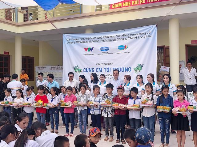 Quỹ Tấm lòng Việt trao tặng 500 suất quà đến học sinh dân tộc thiểu số tỉnh Lạng Sơn - Ảnh 1.