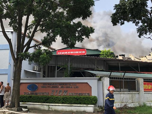 Cháy lớn ngùn ngụt gần Aeon Mall Long Biên, Hà Nội - Ảnh 6.
