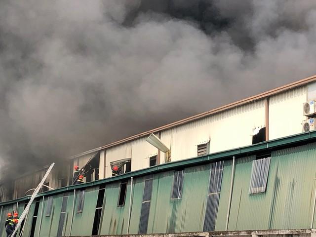 Cháy lớn ngùn ngụt gần Aeon Mall Long Biên, Hà Nội - Ảnh 4.