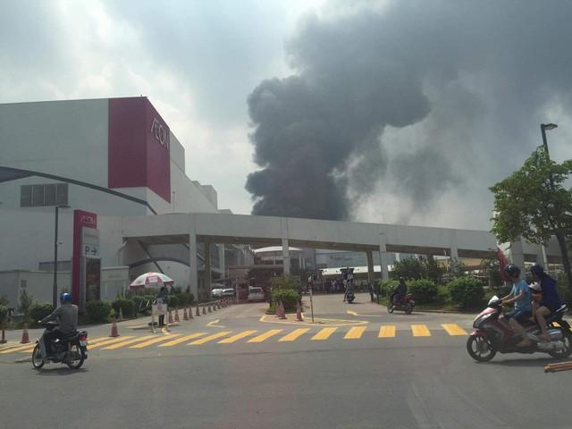 Cháy lớn ngùn ngụt gần Aeon Mall Long Biên, Hà Nội - Ảnh 13.