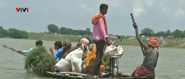 Lũ lụt khiến việc đi lại trở thành ác mộng ở Ấn Độ - Ảnh 2.