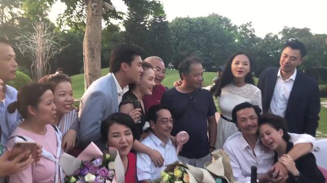 CLIP: Dàn diễn viên Về nhà đi con ngồi bên nhau nghêu ngao hát nhạc phim trong cảnh kết - Ảnh 2.