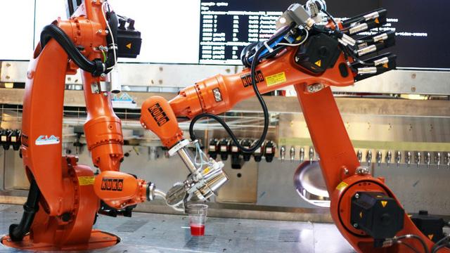 Con người chiến thắng robot trong cuộc thi pha chế - Ảnh 1.