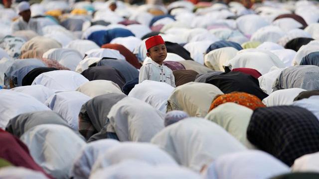 Người Hồi giáo đón lễ Eid Al Adha - Ảnh 1.