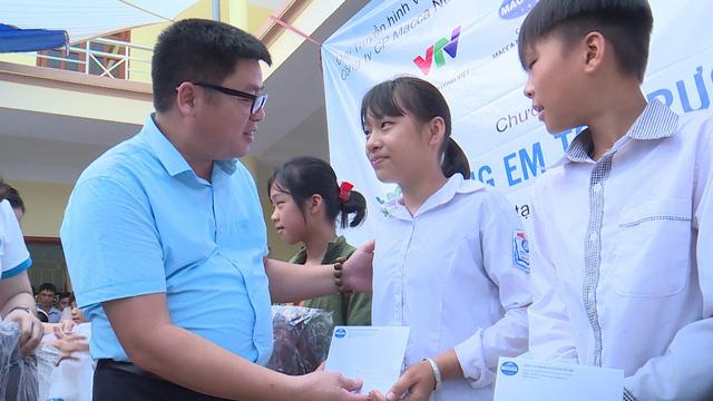 Quỹ Tấm lòng Việt trao tặng 500 suất quà đến học sinh dân tộc thiểu số tỉnh Lạng Sơn - Ảnh 3.