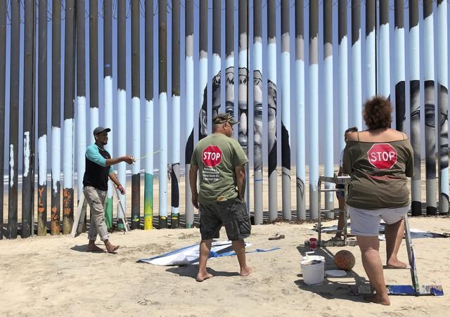 Dự án bập bênh hồng ở bức tường biên giới Mỹ - Mexico - Ảnh 1.