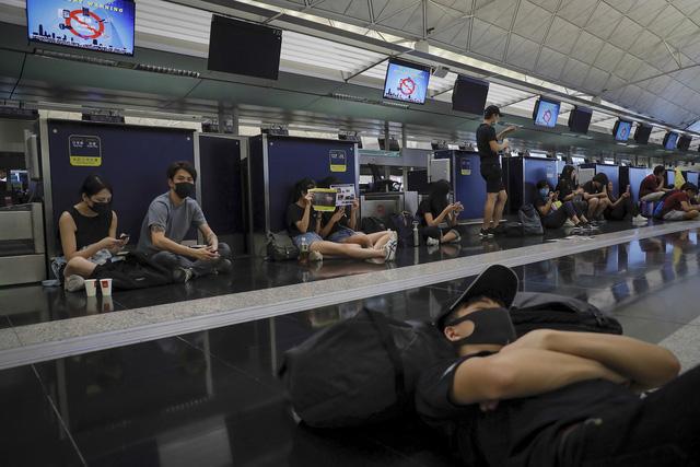 Hong Kong (Trung Quốc) hủy mọi chuyến bay vì biểu tình - Ảnh 1.