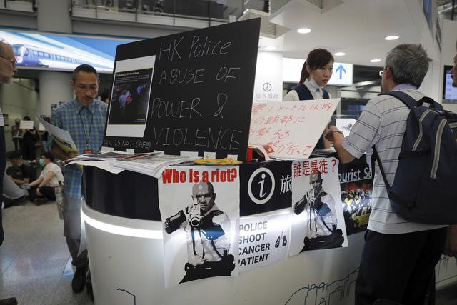 Hong Kong (Trung Quốc) hủy mọi chuyến bay vì biểu tình - Ảnh 2.