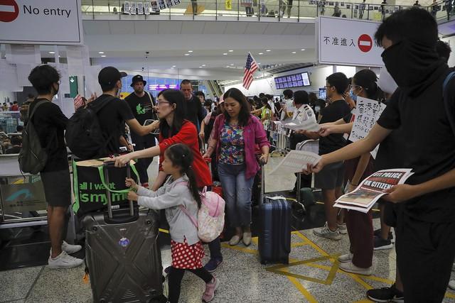 Hong Kong (Trung Quốc) hủy mọi chuyến bay vì biểu tình - Ảnh 3.