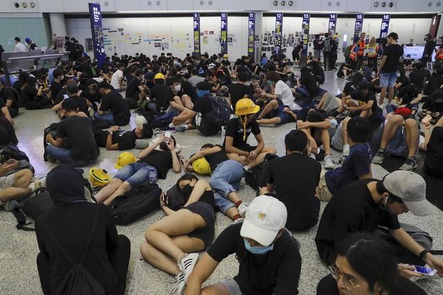 Hong Kong (Trung Quốc) hủy mọi chuyến bay vì biểu tình - Ảnh 4.