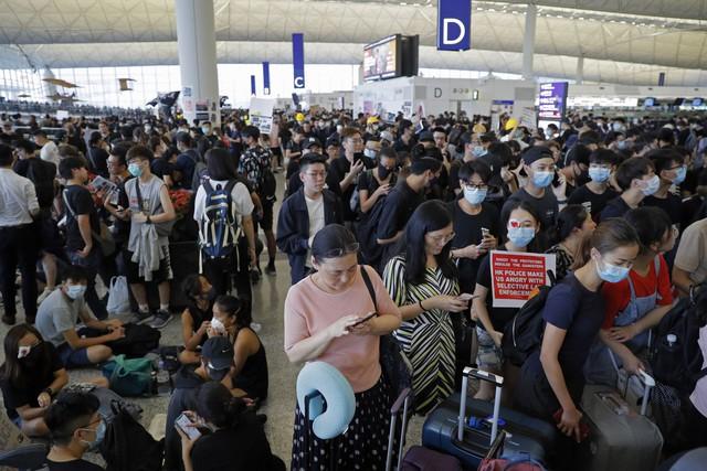 Hong Kong (Trung Quốc) hủy mọi chuyến bay vì biểu tình - Ảnh 10.