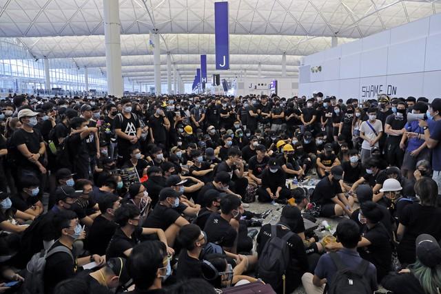 Hong Kong (Trung Quốc) hủy mọi chuyến bay vì biểu tình - Ảnh 11.