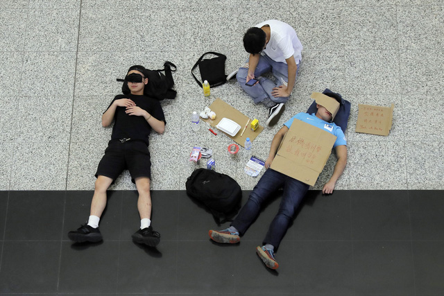 Hong Kong (Trung Quốc) hủy mọi chuyến bay vì biểu tình - Ảnh 13.