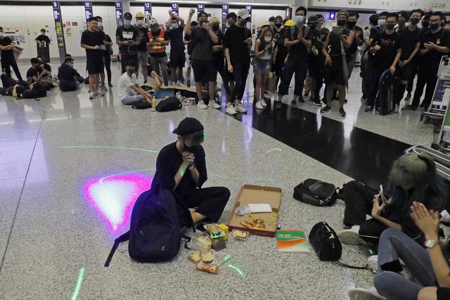 Hong Kong (Trung Quốc) hủy mọi chuyến bay vì biểu tình - Ảnh 16.
