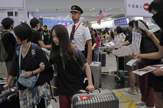 Hong Kong (Trung Quốc) hủy mọi chuyến bay vì biểu tình - Ảnh 17.