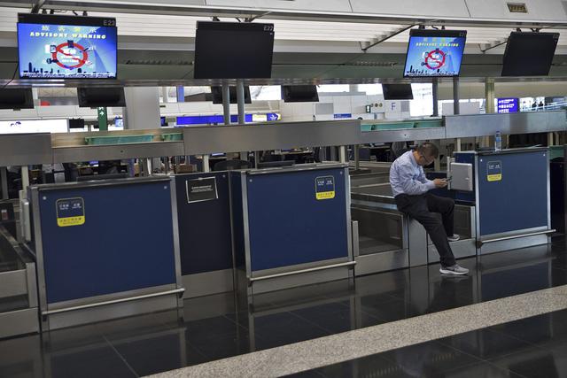 Sân bay quốc tế Hong Kong (Trung Quốc) lại đóng cửa - Ảnh 1.