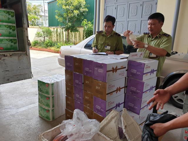 Lạng Sơn: Thu giữ lô hàng thực phẩm nhập lậu từ Trung Quốc - Ảnh 1.