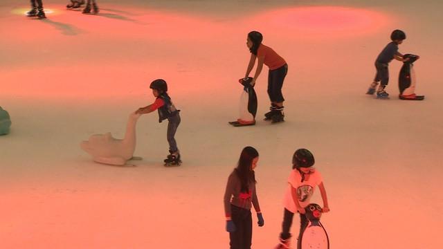 Sân trượt băng trong nhà lớn nhất Việt Nam - Ảnh 1.