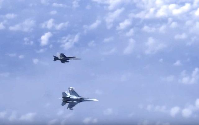 Tiêm kích NATO tiếp cận máy bay chở Bộ trưởng Bộ Quốc phòng Nga - Ảnh 1.