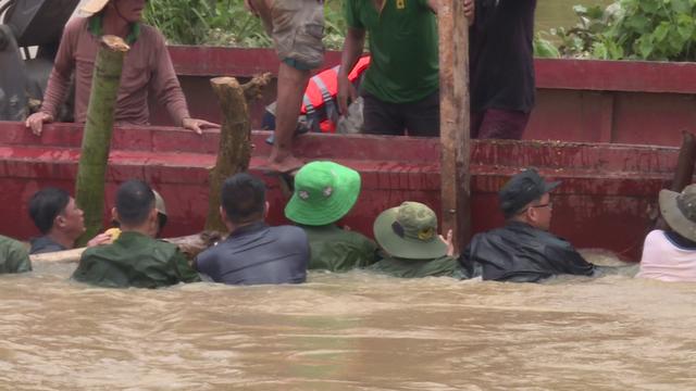 Hàng trăm người dầm mình dưới nước đắp đê bị vỡ để cứu lúa - Ảnh 3.