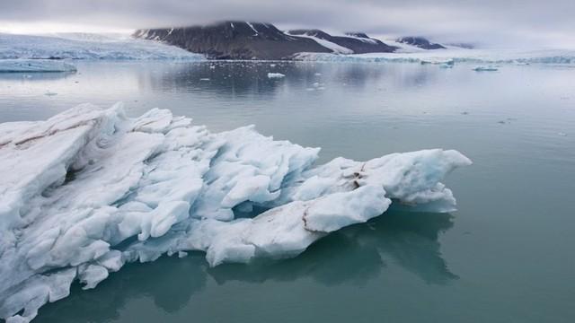 Nghiên cứu phát hiện ra tuyết trên Bắc cực chứa đầy hạt vi nhựa - Ảnh 2.