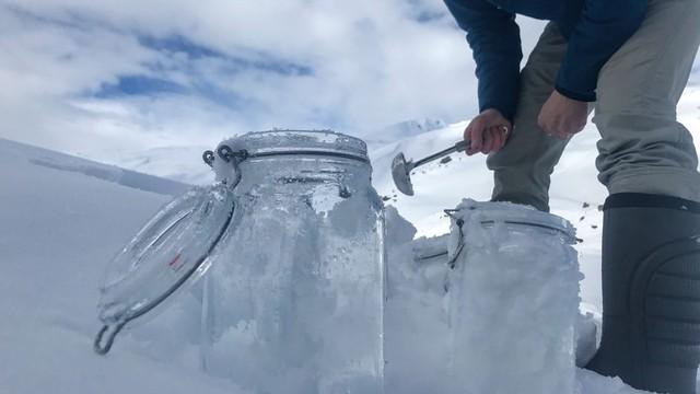 Nghiên cứu phát hiện ra tuyết trên Bắc cực chứa đầy hạt vi nhựa - Ảnh 1.