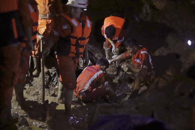 Số nạn nhân trong vụ lở đất tại Myanmar tăng lên gần 70 người - Ảnh 1.