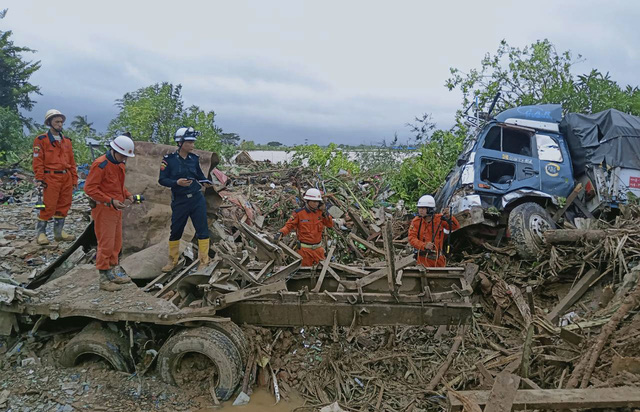 Số nạn nhân trong vụ lở đất tại Myanmar tăng lên gần 70 người - Ảnh 6.
