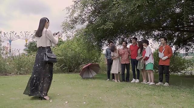 Về nhà đi con ngoại truyện - Tập cuối: Trang nhờ Huệ chụp ảnh gia đình với Quốc và Bảo, bố Sơn cao tay đáp lại bằng cách này - Ảnh 6.