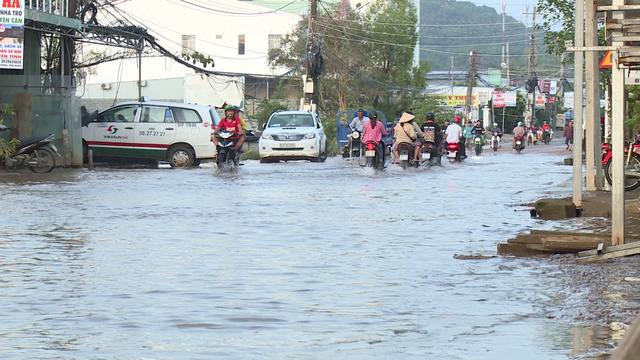 Nhiều tuyến đường Phú Quốc hư hỏng sau mưa bão - Ảnh 1.