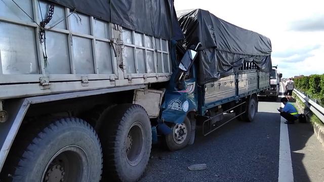 Tông vào đuôi xe tải đang dừng, một tài xế tử vong trên cabin - Ảnh 3.