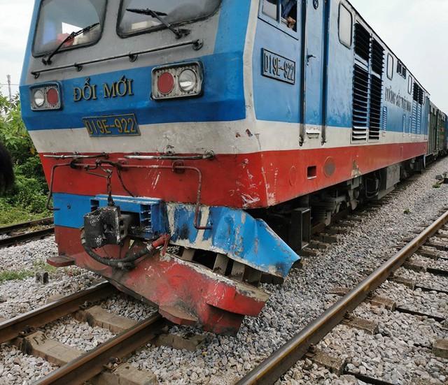 Tàu hỏa húc văng xe tải chết máy giữa đường ray xuống ruộng - ảnh 1