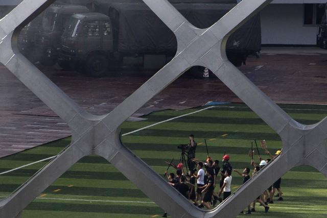 Cảnh sát Trung Quốc diễn tập chống bạo động gần Hong Kong - Ảnh 2.