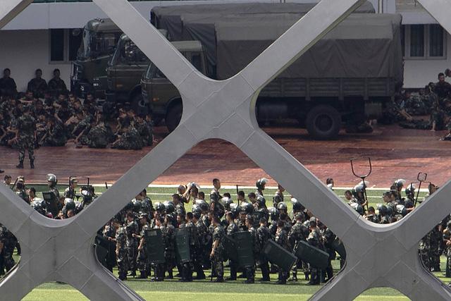 Cảnh sát Trung Quốc diễn tập chống bạo động gần Hong Kong - Ảnh 4.