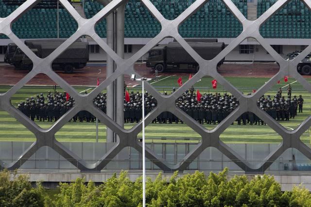 Cảnh sát Trung Quốc diễn tập chống bạo động gần Hong Kong - Ảnh 5.