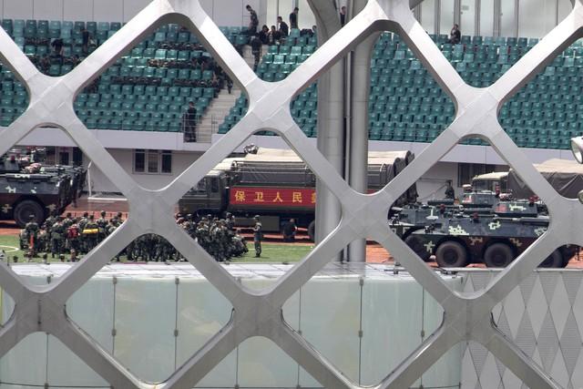 Cảnh sát Trung Quốc diễn tập chống bạo động gần Hong Kong - Ảnh 6.