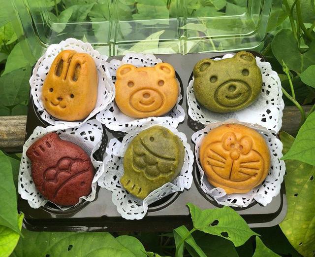 Bánh Trung thu làm từ tinh than tre hút khách đầu mùa - Ảnh 5.