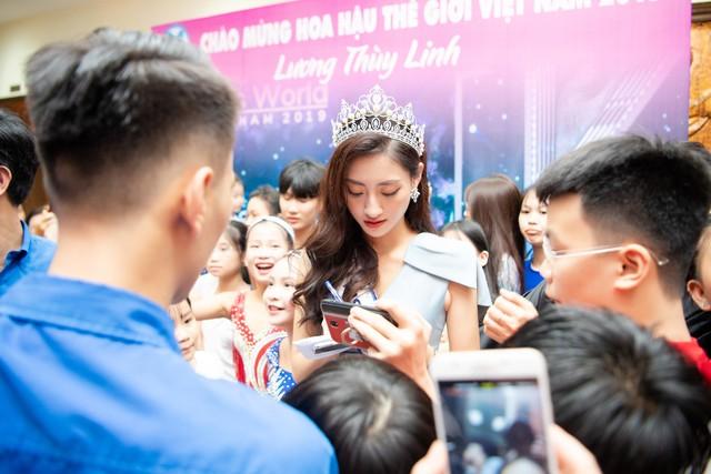 Hoa hậu Lương Thùy Linh hạnh phúc bên gia đình khi trở về Cao Bằng - Ảnh 1.