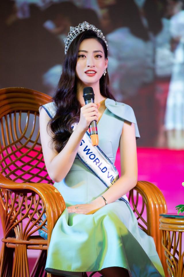 Hoa hậu Lương Thùy Linh hạnh phúc bên gia đình khi trở về Cao Bằng - Ảnh 2.