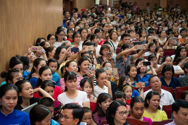 Hoa hậu Lương Thùy Linh hạnh phúc bên gia đình khi trở về Cao Bằng - Ảnh 3.