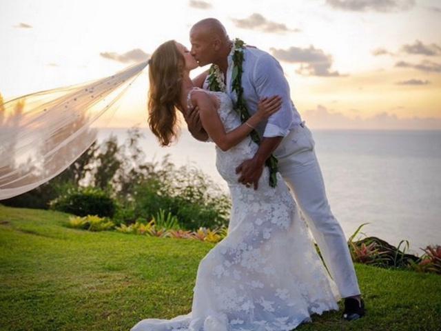 Dwayne Johnson bí mật kết hôn tại Hawaii - Ảnh 1.