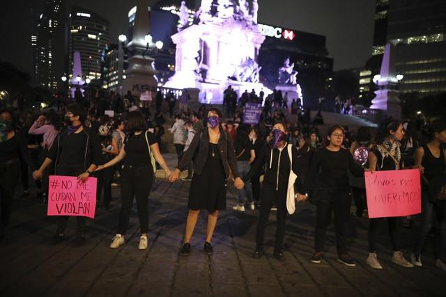 Biểu tình đòi bình đẳng giới bùng phát tại Mexico sau vụ cảnh sát cưỡng hiếp nữ sinh - Ảnh 1.