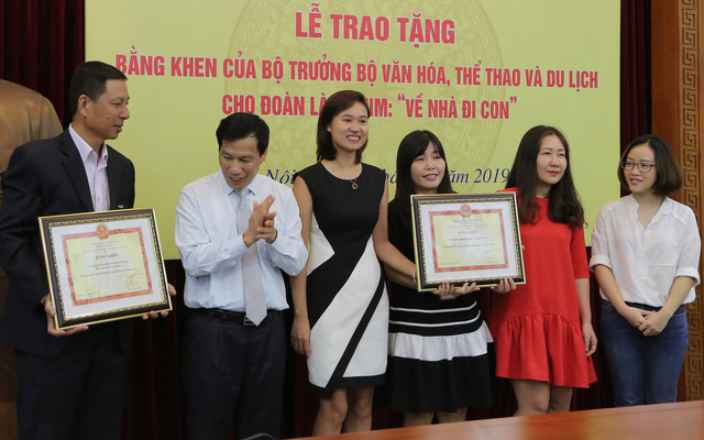 Ê-kíp Về nhà đi con vinh dự được Bộ trưởng Bộ Văn hóa, Thể thao và du lịch trao bằng khen - Ảnh 1.