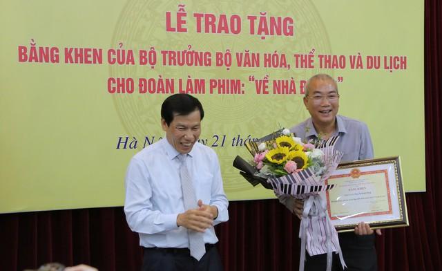 Ê-kíp Về nhà đi con vinh dự được Bộ trưởng Bộ Văn hóa, Thể thao và du lịch trao bằng khen - Ảnh 2.