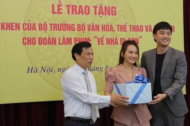 Ê-kíp Về nhà đi con vinh dự được Bộ trưởng Bộ Văn hóa, Thể thao và du lịch trao bằng khen - Ảnh 13.