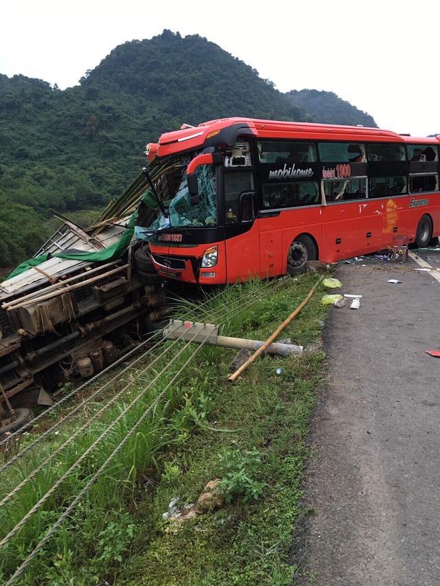Hòa Bình: Xe khách đâm vào xe tải đỗ ven đường, 14 người thương vong - Ảnh 1.